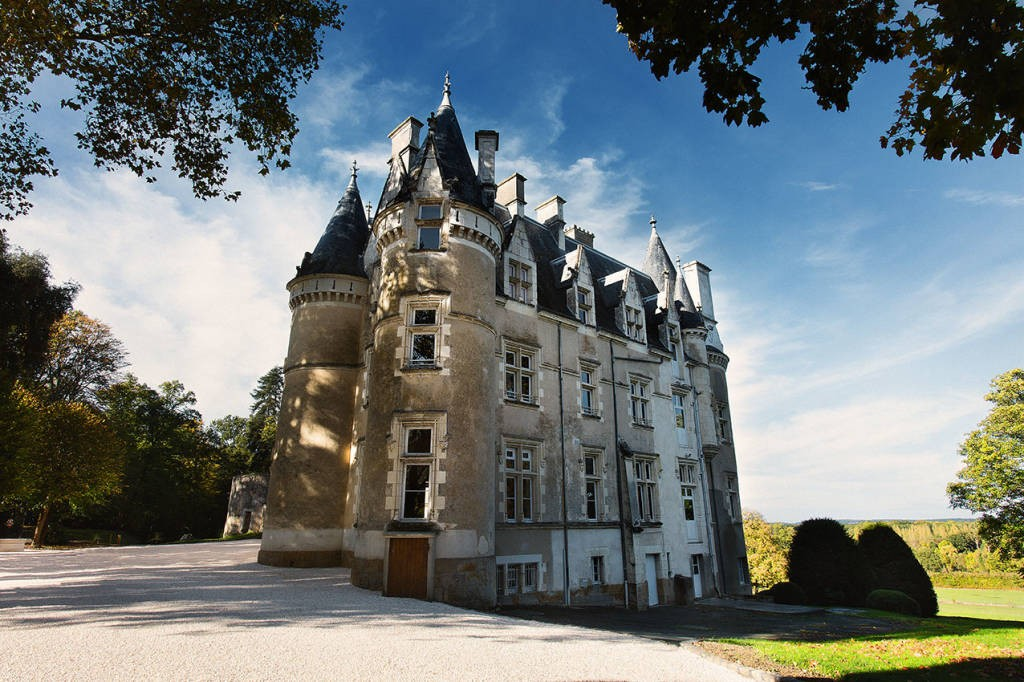 La Valise Rouge Les Herbiers chambres d'hotes au chateau d'amenon: bed and breakfast