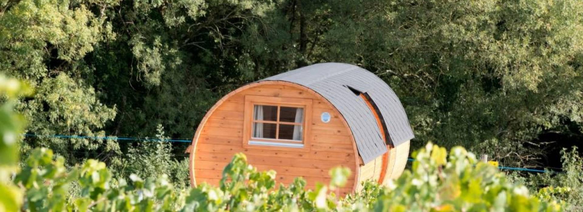 La Valise Rouge Les Herbiers nuit en tonneau au vignoble marchais: unusual accommodation