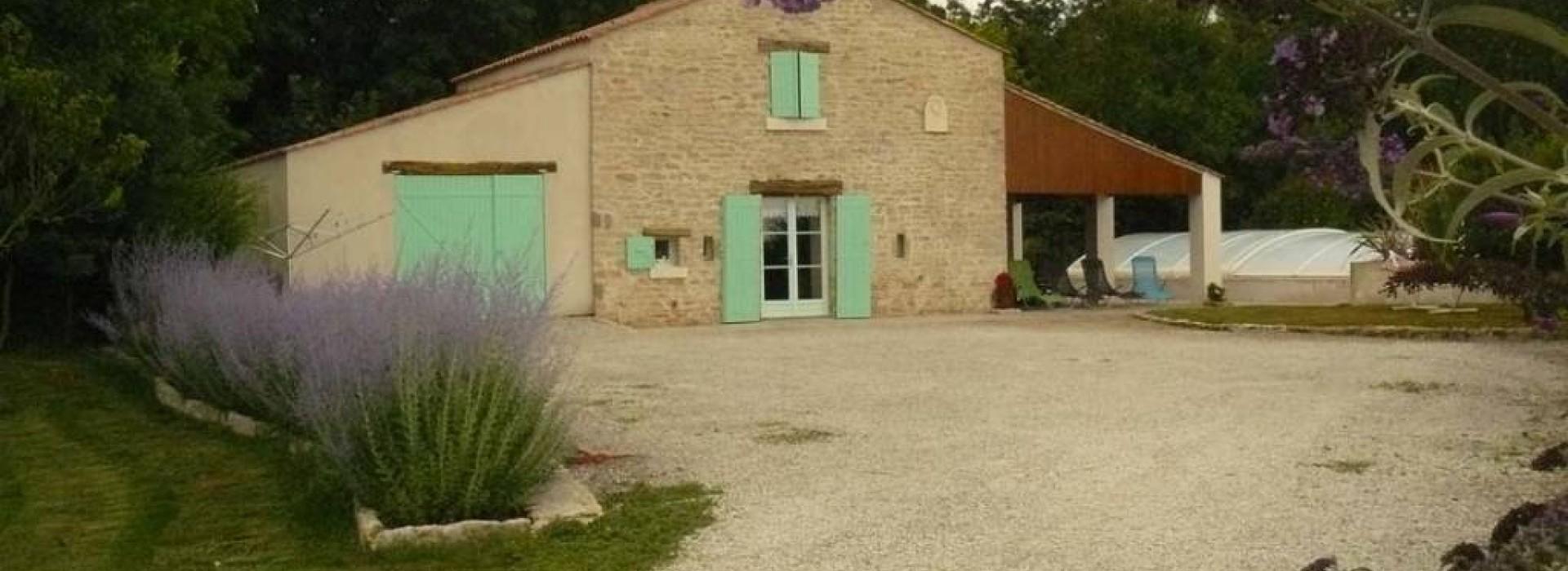 La grange du nieul g tes et locations de meubl s en pays for La grange du meuble